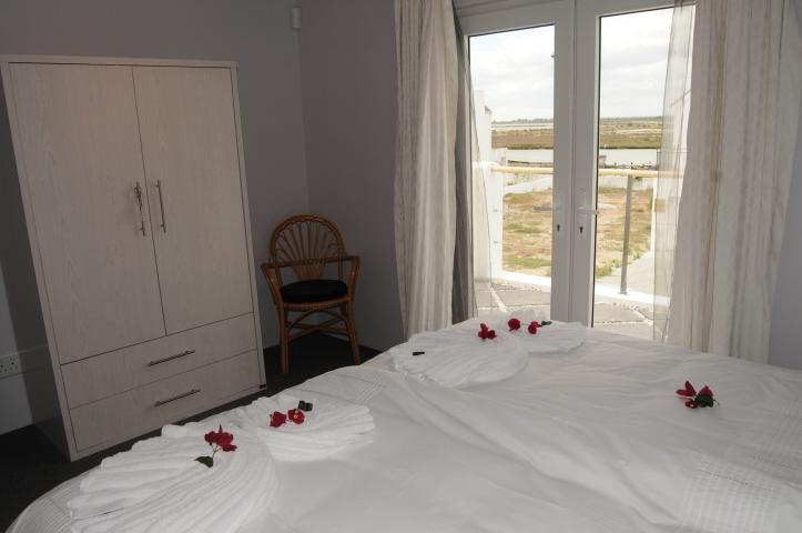Weiteres Schlafzimmer mit limitiertem Blick auf den Berg Fluß